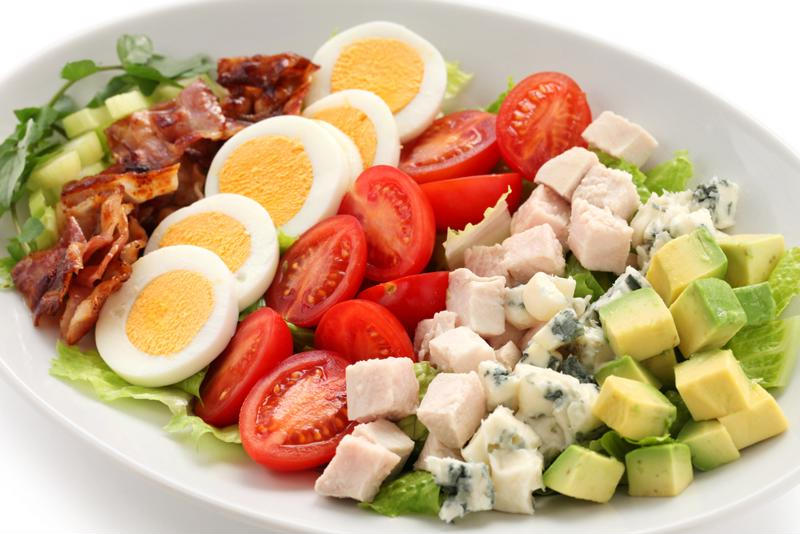 Salad with chicken, tomatoes, avocados and bacon.