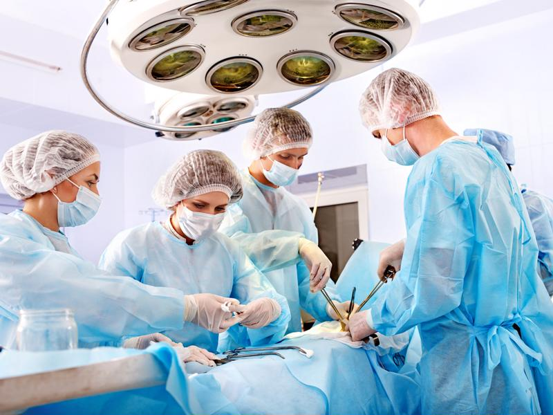 A team of doctors perfoms an operation.