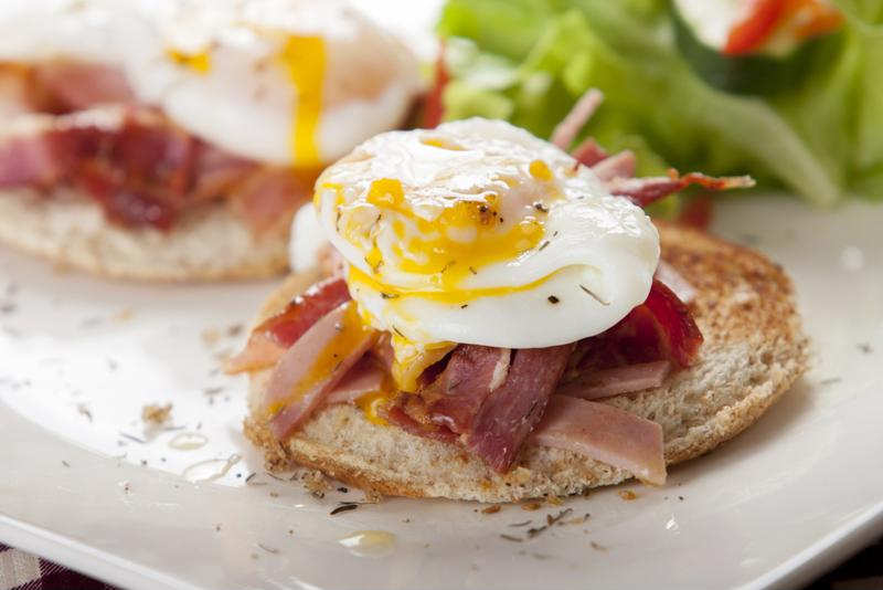 Once the main ingredients are ready, assembling eggs Benedict is simple.