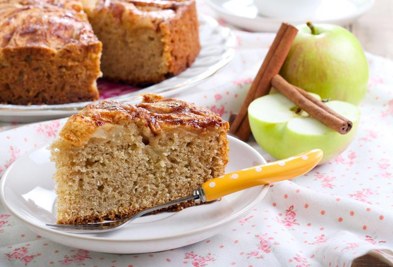 End the night on a sweet note with this vegan apple cake.