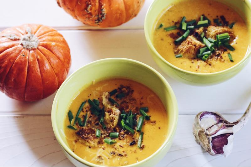 CREAM SOUP OF PUREE FROM PUMPKIN WITH CREAM AND CRACKERS
